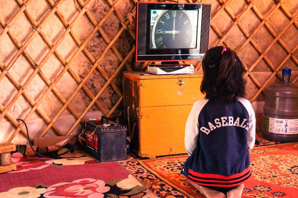 Sogar einen Fernseher gibt es in manchen Jurten